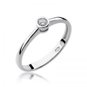 Pierścionek zaręczynowy z białego złota z diamentem